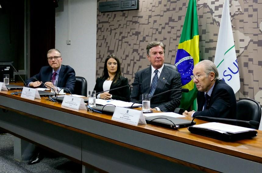 Brasil precisa se reindustrializar, diz embaixador em audiência pública da CRE